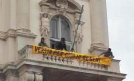 La presidente Serracchiani appende uno striscione per Regeni in polemica col sindaco di Trieste
