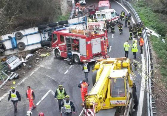 Tir impazzito in autostrada travolge un cantiere: morti due operai di Ovada