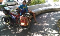 Cicloturista francese arriva in città ma non sa dove sedersi per la sporcizia