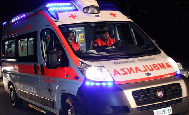 Uomo di 33 anni muore nell'auto uscita di strada finita contro un ponticello