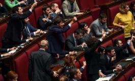 Siamo al Golpe: per la Legge elettorale il governo pone la fiducia e scoppia il caos in aula