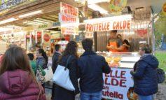 Immigrato di colore scippa una donna al mercato e poi morde la mano della vigilessa che tenta di fermarlo