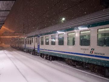 Pendolari diretti ad Alessandria bloccati per 14 ore nel treno fermo a causa del ghiaccio