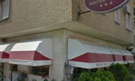 Uomo di 29 anni trovato morto impiccato ad una tenda in camera d'albergo