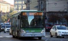 Uomo aggredito da baby gang in autobus a Milano reagisce e accoltella uno dei teppisti