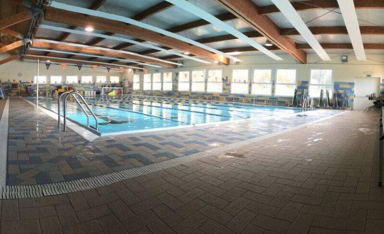 Giovane di 29 anni muore mentre nuota in piscina