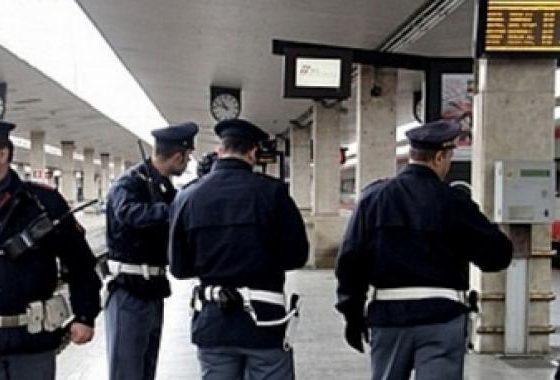 Nel borsone rosso trovato in stazione non c'erano solo scarpe, maglioni e giubbotti: la Polfer indaga