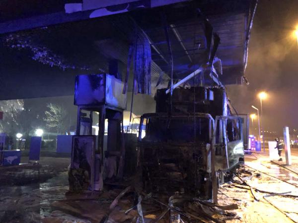 Disastro sfiorato a Tortona per un Tir che ha preso fuoco nel piazzale di un distributore della Esso