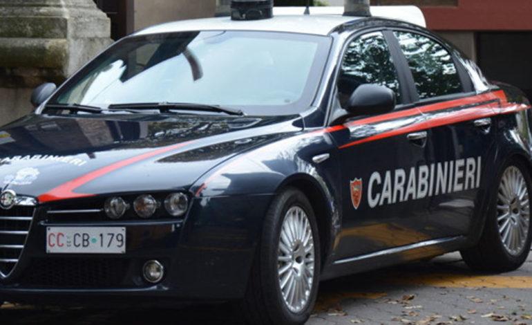 Carabinieri e vigili del fuoco hanno salvato una donna che minacciava di lanciarsi dal tetto