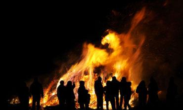 Gli automobilisti in transito chiamano il 115 per segnalare un incendio, ma si trattava solo di una festa del Martedì Grasso