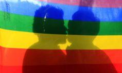 L'accusa di omofobia è una clava per demolire la famiglia composta da padre, madre e figli: l'unica possibile secondo natura