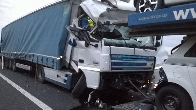 Per un tamponamento un camionista resta imprigionato fra le lamiere poi liberato dai pompieri