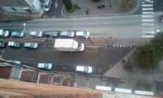 Furgone parcheggiato da giorni nello spazio per disabili e nessuno, nonostante le segnalazioni, interviene
