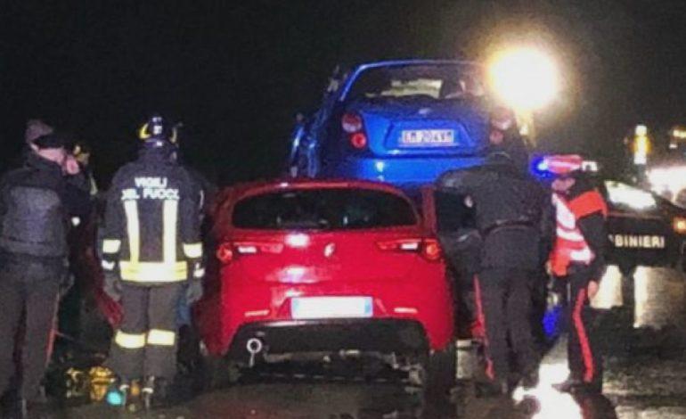Due auto si prendono a sportellate e una finisce contro una terza auto che sopravviene in senso inverso: un morto e quattro feriti
