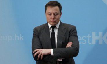 """Elon Musk """"dà fuori di Tesla"""" e manda a quel paese gli analisti finanziari: il titolo perde l'8%"""
