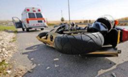 Motociclista finisce contro un trattore