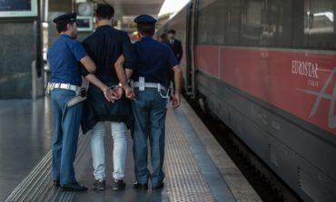 Rumeno palpeggia viaggiatrice italiana sul marciapiede: fermato