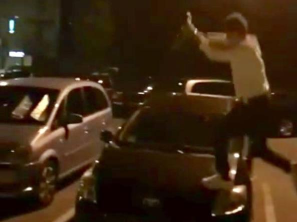 Teppismo in città: minorenni camminano sui cofani delle auto e minacciano con un coltello chi li ha redarguiti