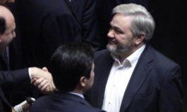 L'ex deputato alessandrino della Lega Maurizio Grassano tenta di farsi investire dalle auto in transito