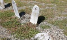 Erbacce tra le lapidi e atti vandalici nel reparto dedicato ai Ragazzi di Salò al cimitero di Alessandria