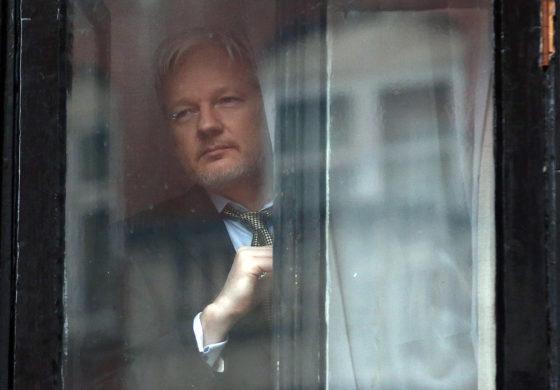 Meno isolato dal mondo Julian Assange