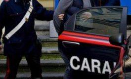 Albanese ubriaco minaccia la cassiera del supermercato per rapinare bevande alcoliche: fermato da un poliziotto fuori servizio e dai carabinieri