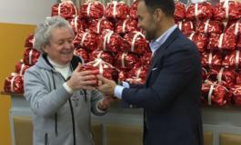 Donati centinaia di panettoni alla mensa dei poveri