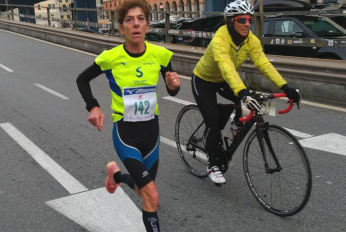 L'alessandrina Daniela Vittoria rende omaggio alle 43 vittime del Ponte Morandi vincendo la Genova City Marathon per la categoria SF50