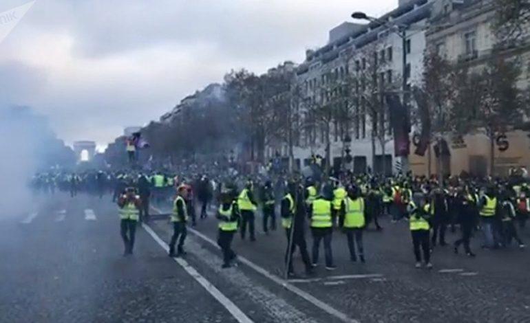 A Parigi hanno cominciato a costruire barricate