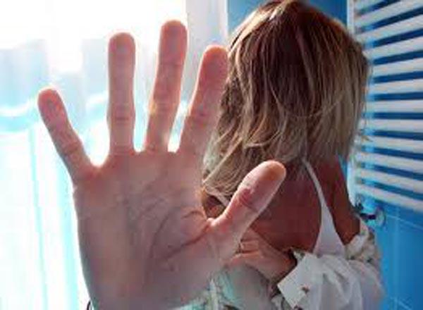 L'ex marito entra in negozio e la picchia: commessa salvata da un immigrato