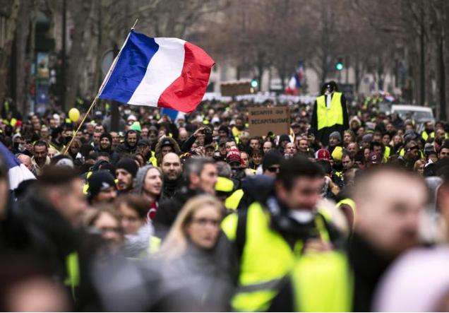 Allarme rosso in Francia: i Gilet Gialli entrano con la forza nelle stanze del Governo