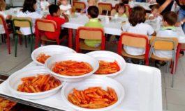 Il mistero dei piatti che si sciolgono a contatto coi cibi caldi finiti alla mensa della scuola media