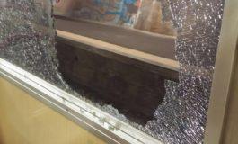 Due idioti, di cui uno minorenne, col freddo che fa per noia hanno rotto un finestrino del treno in corsa: denunciati