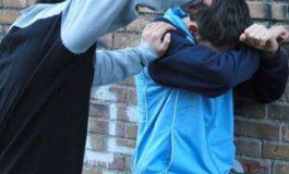 Bulletti da strapazzo si divertono a rubare i cappellini agli studenti della scuola media Manzoni