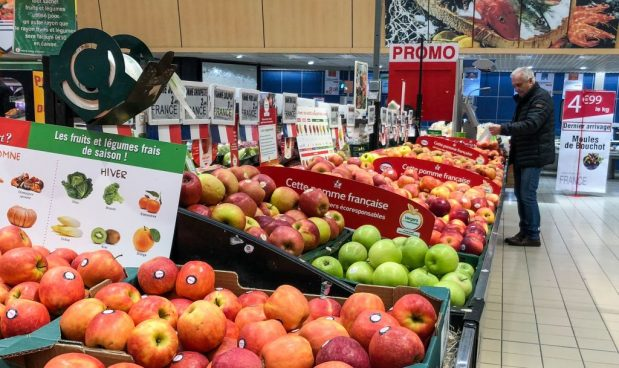 """Il governo francese vieta 3×2 e sottocosto: la """"loi alimentation"""" venduta come aiuto agli agricoltori colpisce i salari più deboli"""