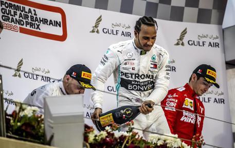 Il motore Ferrari tradisce Lecrerc al comando