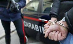 Calci e pugni a un negoziante per rubargli il portafoglio: due sono catturati, si cerca il terzo complice