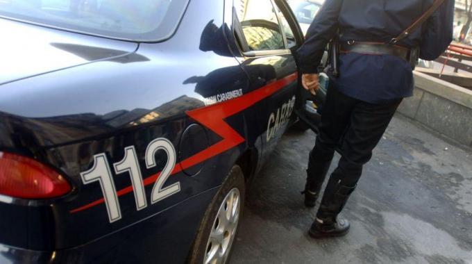 Litigano furiosamente per strada e se la prendono anche con Carabinieri, 118 e pure con una malcapitata passante: denunciati