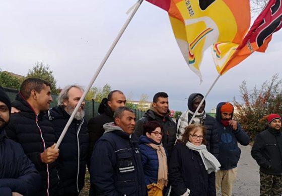 Braccianti della ditta ortofrutticola Angeleri da mesi senza stipendio protestano davanti alla Prefettura. E sono pronti al boicottaggio