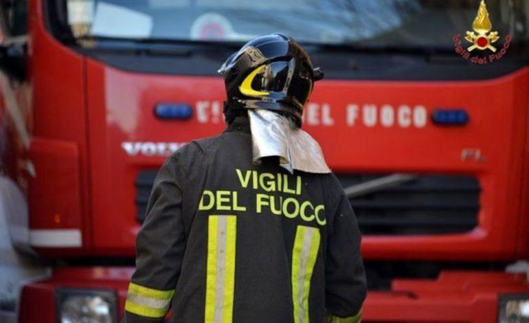 A fuoco la parte inferiore del vagone di un treno lungo la tratta Valenza – Alessandria