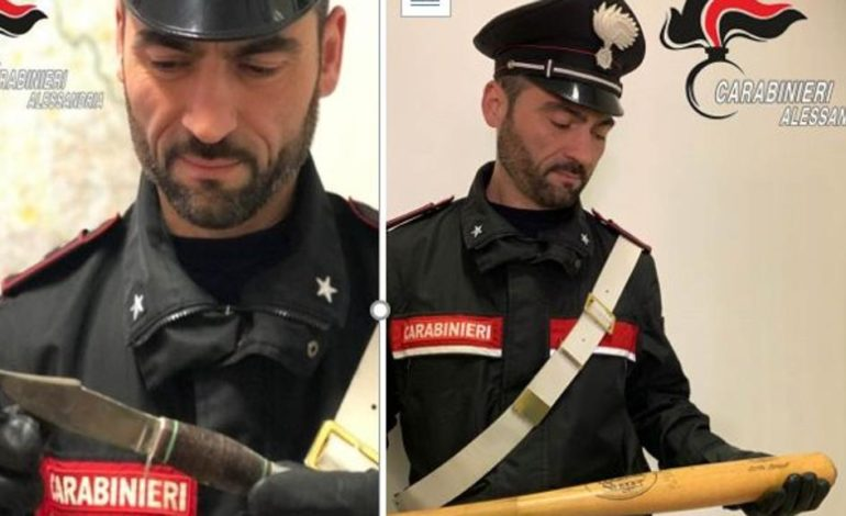 Due coltelli, un pugnale e una mazza da baseball nascosti nell'autocarro: denunciato