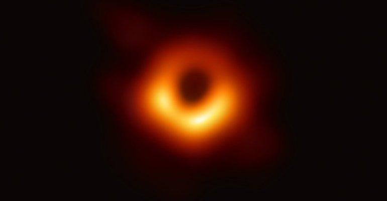 Ecco la prima foto di un buco nero