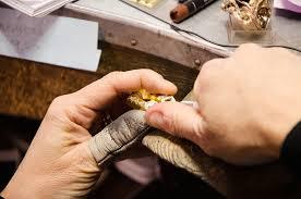 Un gioiello non è una sedia che si produce in serie, l'orafo non è l'Ikea ma un artigiano, e tale deve rimanere