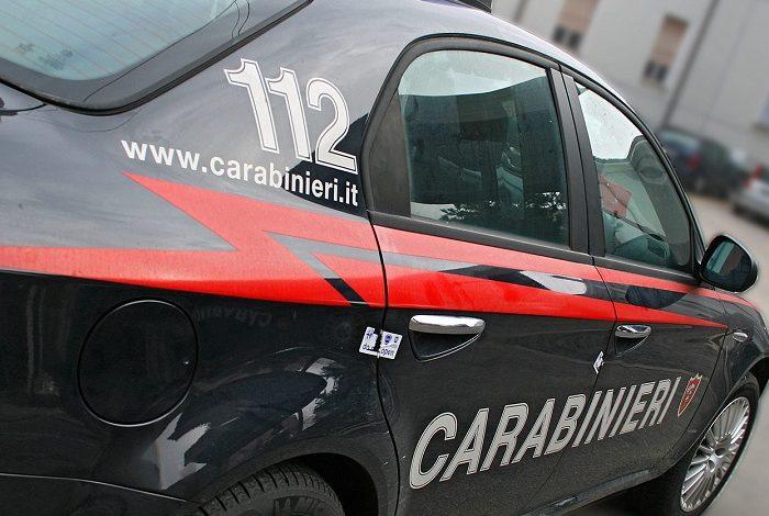 Ignora l'alt e per poco non investe un Carabiniere; colto in flagrante mentre cerca di rubare all'interno di un'auto: denunciati