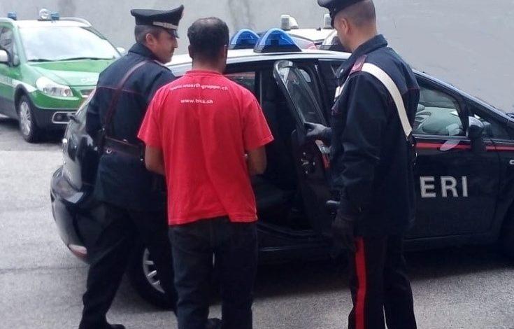 Nonostante il divieto di avvicinamento continua a perseguitare l'ex e i suoi famigliari e i Carabinieri lo arrestano