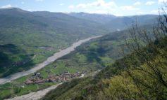 Scavano per la posa di cavi elettrici e fibra ottica e bucano due chilometri di acquedotto: disagi in alta Val Borbera