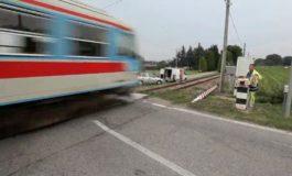 Camion trancia cavi dell'alimentazione elettrica di un passaggio a livello: interrotta la linea ferroviaria tra Acqui e Ovada
