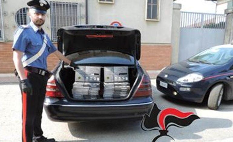 In auto con venti confezioni di coltelli di dubbia provenienza, incrocia una pattuglia di Carabinieri e scappa: denunciato