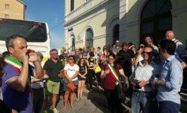Sit in davanti alla Stazione di Ovada contro la chiusura della biglietteria: circa 150 persone presenti, chiesto confronto con Trenitalia