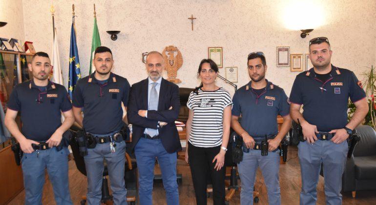 Quattro agenti della Polizia di Alessandria formano catena umana per salvare due marocchini finiti nel Tanaro